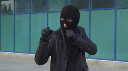 хулиган : Criminal man thief or robber in mask standing in boxing pose ready for battle.