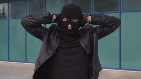 bandido : Criminal man thief or robber in mask holds his hands over his ears not to hear. Vídeos