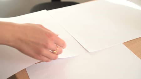 masa örtüsü : woman spread the white paper on work table Stok Video