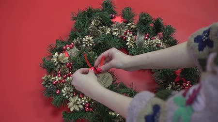 çelenk : Rustic Christmas wreath flat lay. Hands holding fir branches. Making wreath at workshop