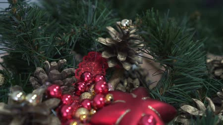 çelenk : Beautiful christmas fir branches with decorations