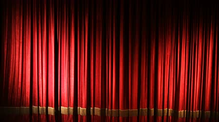 Бродвей : red curtain on theater or cinema stage slightly opens Стоковые видеозаписи