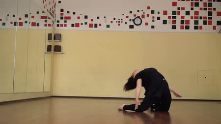 гимнастика : Modern dancer warming in a studio with mirrors. Girl training dance