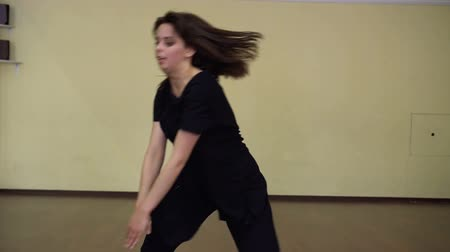jimnastik : Dance. Dancer in motion. Modern dance style. The girl dancing in Contemporary style. Training. Dance class.