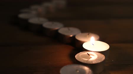 symbolismus : One candle flame glowing in the dark, create a spiritual atmosphere