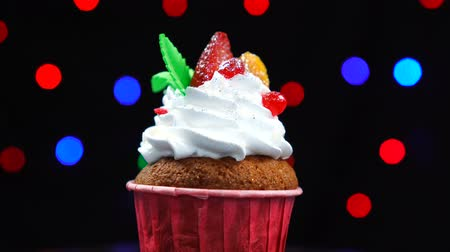 взбитые : Strawberry cupcakes decorated with sweet strawberry fast rotates on light background Стоковые видеозаписи