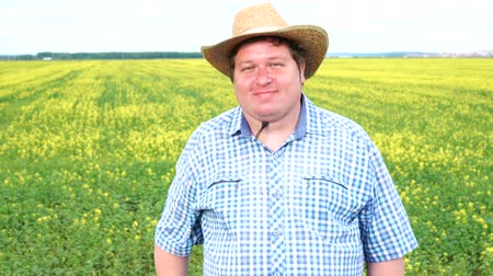 jóváhagyott : Farmer standing in field and shaking his head, says yes, in the field on a sunny day