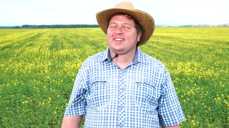 kovboy : Farmer standing in field and smiling on a sunny day