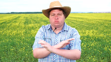 odmítnutí : Not. Farmer emotions of discontent, showing a sign with crossed arms. No, denial, stop Dostupné videozáznamy