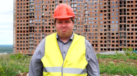 rejeitar : Young builder says No. By shaking his head. Worker says No, meaning No. Construction site Stock Footage