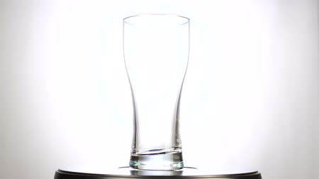 üres : Empty glass beer mug rotating on white background
