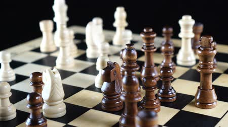 cavaleiro : Chess figures spread on the chess board. Board makes a hundred eighty degree rotation Vídeos