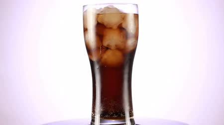 lemoniada : Rotated glass of Cola fizzy drink isolated on white background. Wideo