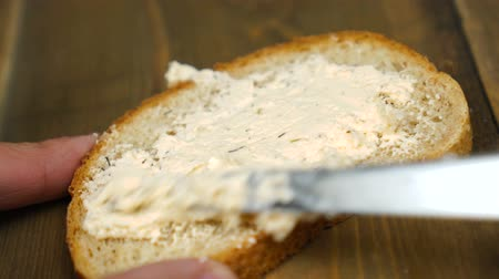 bezelye : Man makes a peanut butter sandwich.. Closeup of male hands spreading butter on bread in kitchen