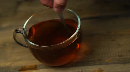 легкий : Stir sweet tea cup of hot tea.