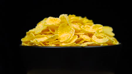 flocos de milho : Corn flakes, or cornflakes, breakfast in bowl is rotates