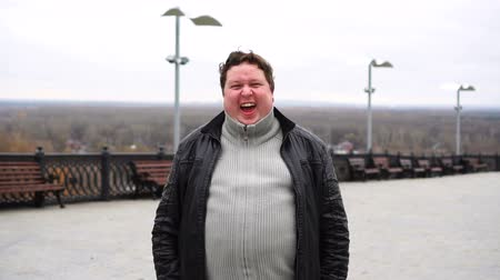 tamanho : Zoom in from close up, portrait of happy fat man looking directly at camera and laughing