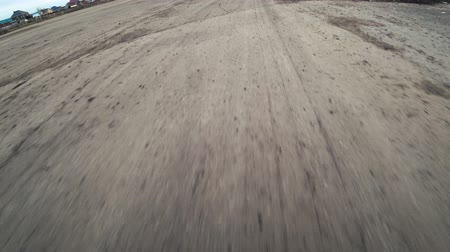 célere : Speeding car over dirty asphalt. Moving Asphalt