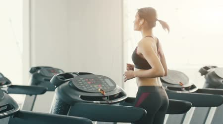 şartlar : Fit girl running in gym