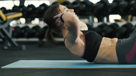 estilo de vida saudável : Pretty girl doing exercises in gym, doing abs push ups