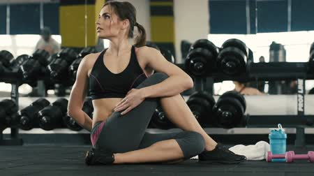 şartlar : Young girl doing stretching exercises in gym