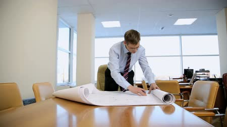 trabalhador de escritório : businessman architect of the drawings in his office