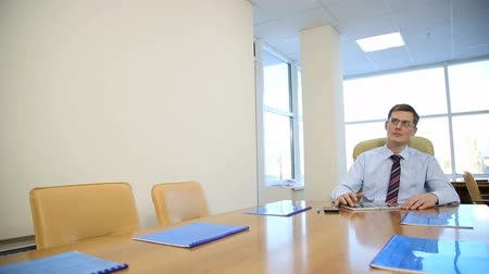 trabalhador de escritório : businessman in his office for intellectual work Stock Footage