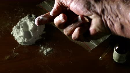 dose de : Scientific police testing cocaine, illegal drugs