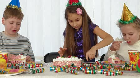 queque : Little girl cuts the Birthday cake
