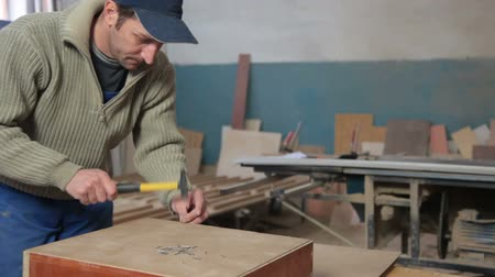fábrica : Furniture maker at work in workshop