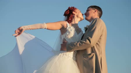 sadece : Newly married couple against the blue sky Stok Video