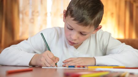 ручки : Child doing homework at home