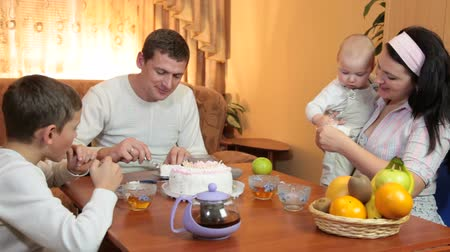 столовая : Family enjoying dessert at home