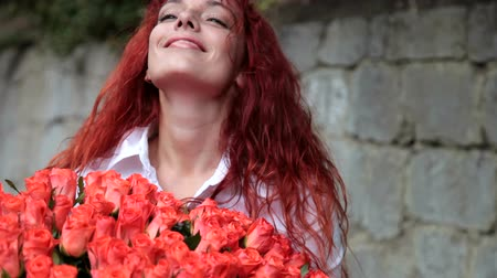vöröshajú : Young woman enjoying bunch of fresh flowers