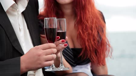 vöröshajú : Love dating with glasses of wine