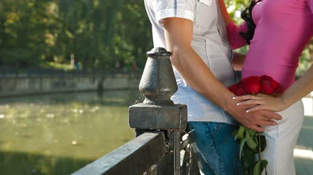 namorado : romantic couple with a bouquet of roses in a city park by the river Vídeos