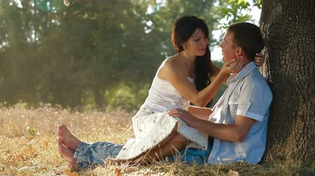 amantes : Hot summer - couple under a tree Vídeos