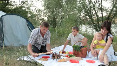 kamp : Young family camping Stok Video