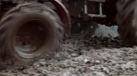 грязь : tractor rides on an impassable mud Стоковые видеозаписи
