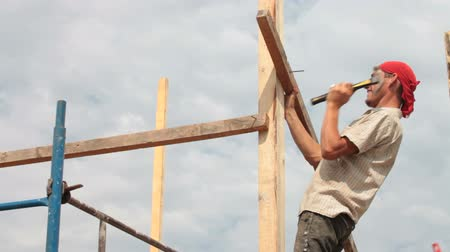 dekarz : Roofer working on a construction site Wideo