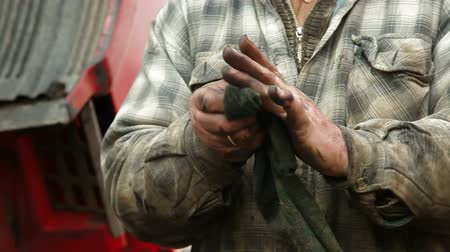 szerelő : Dirty hands of auto mechanic