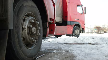 tir : Heavy trucks on parking
