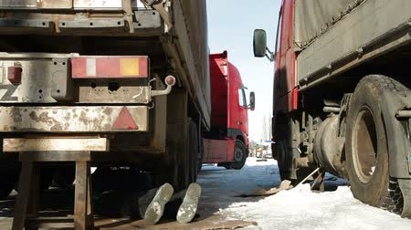 tir : Repairing truck in winter Stock Footage