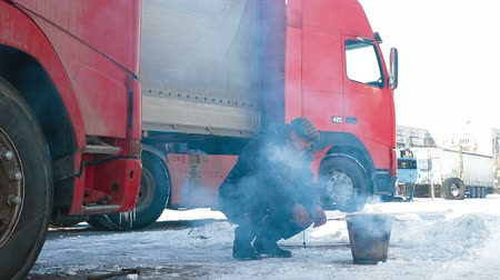 tir : Truck driver quick lunch on the road Stock Footage