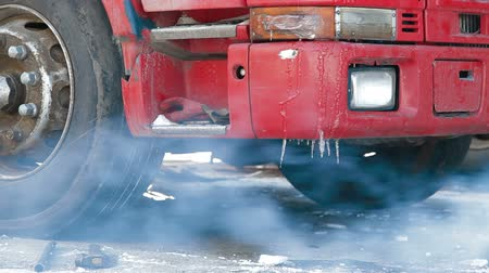 tir : Truck repairing defrosting of the diesel engine