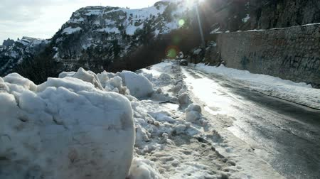 perigoso : Driving on snowy road in the mountains