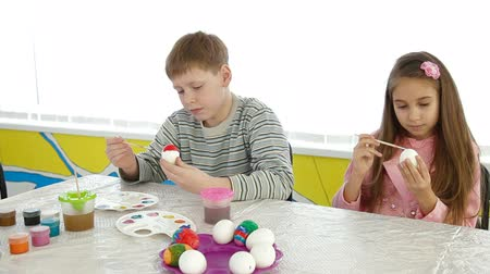 barevný : Children painting easter eggs