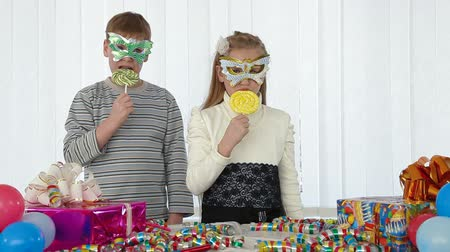 леденец : Children having fun licking lollipop at birthday party