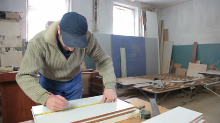fábrica : Manufacturing wooden furniture in workshop