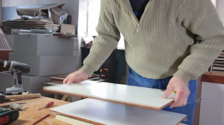 fábrica : Joiner assembling furniture in workshop